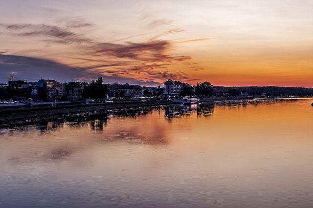 Osijek pogled na Dravu s pješačkog mosta